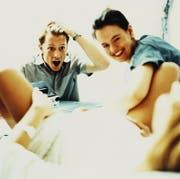 Hauptsächlich mit Fotografieren beschäftigt: ein junger Vater bei der Geburt seines Kindes. (Symbolbild: Getty)