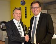 Alexander Stadelmann (links im Bild) beim Handschlag mit dem Präsidenten der TCS-Sektion Waldstätte Peter Schilliger. Stadelmann wird im Herbst neuer Geschäftsführer der TCS-Sektion. (Bild: pd)