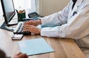 Das elektronische Patientendossier hätte viele Vorteile, doch viele Ärzte scheuen den Umstellungsaufwand. Bild: Christian Beutler/Keystone (Bild: Christian Beutler/Keystone)
