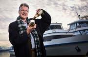 Der Initiant des Bierschiffs, Kurt Petak, macht vor, wie es geht. (Bild: Jakob Ineichen (Zuger Zeitung))