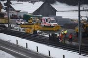 Die Baustelle auf der Höhe Röthenstrasse am Montag: Gleich am ersten Arbeitstag gab es einen kleinen Arbeitsunfall. (Bild: Geri Holdener / Bote der Urschweiz)
