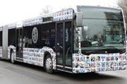 2000 Smiley-Selfies schmücken den Jubiläumsbus der Zugerland Verkehrsbetriebe. (Bild: PD)