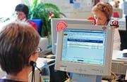Der 111-Dienst von Swisscom um die Jahrtausendwende. Bild: Regina Kuehne/Keystone (St. Gallen, 17. Mai 2002)