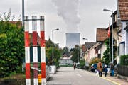 Eine Wohnstrasse in Niedergösgen mit dem Kühlturm des Kernkraftwerks Gösgen im Hintergrund. (Bild: Christian Beutler/Keystone (Niedergösgen, 14. Oktober 2016))