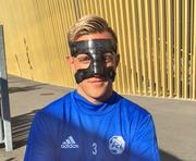 Reto Ziegler präsentiert am Mittwoch nach dem Nachmittagstraining seine Karbonmaske, welche die gebrochene Nase schützt. (Bild: Daniel Wyrsch)
