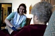 Spitex-Mitarbeiterin Fabienne Odermatt besucht eine Patientin zuhause. (Bild: Nadia Schärli)