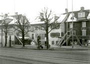 Die damaligen Zapfsäulen vor dem ausgesteckten Bauprojekt: 1934 wurden die bestehenden Häuser abgerissen, es entstand das heutige Gebäude. (Bild: PD)