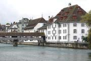Das Historische Museum Luzern (hinter der Spreuerbrücke, neben dem Naturhistorisches Museum rechts). (Bild: Urs Flüeler/Keystone (Luzern, 25. September 2014))