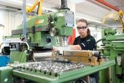 Blick in die Produktion: Yvonne Tresch, die bei der Firma Dätwyler in Altdorf eine Lehre als Polymechanikerin macht, im letzten September bei der Arbeit. (Bild: Boris Bürgisser / Neue LZ)