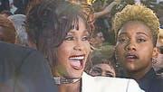 Robyn Crawford (rechts) war über Jahrzehnte stets an der Seite von Whitney Houston (Filmbild). (Bild: Praesens)