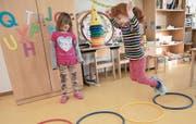 Kinder beim gemeinsamen Spiel in einer Kindertagesstätte. (Bild: Jörg Carstensen/Keystone)
