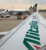 Alitalia-Flugzeuge kurz vor dem Start. Bild: Luca Bruno/AP (Mailand, 7. Mai 2014)