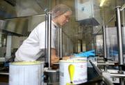 Angestellte bei der Arbeit in der Hochdorf-Produktion. (Archivbild Chris Iseli/Neue LZ)