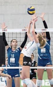 Zeigten gegen Aesch-Pfeffingen eine starke Vorstellung: die beiden Youngsters Marija Smiljkovic (links) und Korina Perkovac (rechts). (Bild: Pius Amrein (Luzern, 25. Februar 2017))