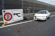 Um eine Kollision zu vermeiden musste der Fahrer dieses Wagens ausweichen und fuhr in der Folge in eine Baustellensignalisation. (Bild: Zuger Polizei)