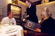 Zuerst zeigt der Kellner dem Gast den Wein. (Bild: Imago)