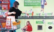 Ob Shampoo-, Spülmittel- oder Speiseölflaschen, die Schweizer Detailhändler Migros und Coop nehmen den anfallenden Plastikabfall zurück. (Bild: Keystone/Sigi Tischler)
