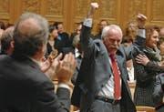 Freude: CSP-Nationalrat Hugo Fasel feiert am 12. Dezember 2007 die Abwahl von Christoph Blocher. (Bild: Lukas Lehmann/Keystone)