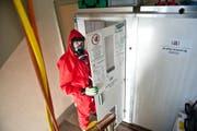 Mit Schutzanzügen und Atemschutzmasken entfernen Arbeiter Asbest aus den Wohnungen des Quartiers Himmelrich 3. (Bild: Boris Bürgisser / Neue LZ)