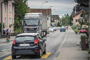 Auf 1,1 Kilometern soll diese Strasse in Schötz verbreitert werden. Auch ein Rad- und Gehweg soll entstehen. (Bild Pius Amrein)