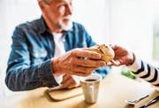 Weil das Rentenkapital nicht ausreichte, erhielten im Jahr 2014 rund 3400 Pensionierte Staatshilfe. (Bild: Getty)