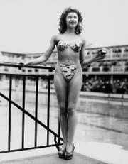 Sie hatte den Mut, den revolutionären Zweiteiler zu präsentieren: Am 5. Juli 1946 stellte die Revue-Tänzerin Micheline Bernardini den Bikini erstmals im Pariser Schwimmbad Molitor vor. (Bild: Keystone)