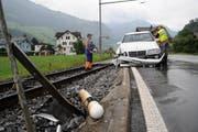 Unfall am 19. August beim Bahnübergang Oberdorf. Die beiden Autoinsassen blieben unverletzt. (Bild Corinne Glanzmann/Neue NZ)