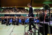 Mit den Forderungen der Lehrerschaft in der Hand verlässt Regierungspräsident und Bildungsdirektor Reto Wyss gestern die Bühne in der Stadthalle Sursee. (Bild Philipp Schmidli)