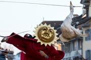 Ein Gansschläger mit der Sonnenmaske versucht, der (toten) Gans den Kopf abzuschlagen. Sein Handicap: Ihm sind die Augen verbunden. (Bild: Keystone / Alexandra Wey)