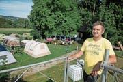 Roland Weingartner vor den Zelten, die zum letzten Mal auf seinem Hof aufgebaut wurden. (Bild: Corinne Glanzmann (Baldegg, 5. August 2017))