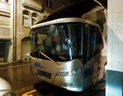 Unbekannte schlugen in der Nacht auf Sonntag die Frontscheibe des FCL-Mannschaftsbusses ein. (Bild: Kantonspolizei St. Gallen)