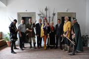 Sheriff von Nottingham, Xaver Schuler, Robin Hood, Andreas Barraud, Rattenfänger von Hameln, the real Sheriff of Nottingham, André Rüegsegger, Wilhelm Tell, Hermann Gessler im Rathaus von Schwyz (von links). (Bild: PD)