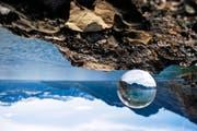 Ein Bild aus der Abschlussarbeit von Seya Eggler: der Vierwaldstättersee durch eine Glaskugel aufgenommen. (Bild Seya Eggler)