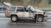 Das Auto des nachfolgenden Autofahrers wurde beim Unfall stark beschädigt. (Bild: Zuger Polizei)