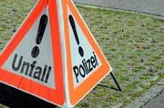 Der Rennradfahrer lag schwer verletzt auf der Strasse, worauf der Autolenker die Rettungskräfte alarmierte und ihn bis zu deren Eintreffen betreute. (Symbolbild) (Bild: Adrian Venetz / Neue NZ)