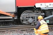 Der entgleiste Wagen im Bahnhof Luzern. (Bild: René Meier (Luzern, 23. März 2017))