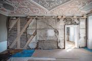 Bei ersten Notsanierungsmassnahmen im Am-Rhyn-Haus wurden in einigen Räumen Wände geöffnet, um die Streben zu verstärken. (Bild: Pius Amrein (Luzern, 31. März 2017))