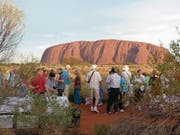 Ab 2019 ist Schluss: Dann dürfen Touristen nicht mehr auf den Uluru in Zentralaustralien steigen. (Bild: Getty/Inga Rasmussen (25. Februar 2014))