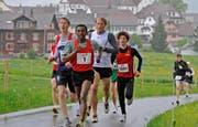 Läufergruppe nach dem Start mit dem späteren Sieger Kadi Nesero (Bildmitte, Nummer 1). (Bild Kurz Grüter/Zisch)
