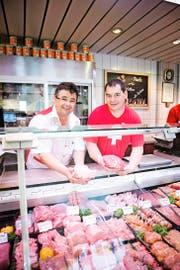 In der Rottal- Metzg in Ruswil werben Metzger und Betriebsleiter Bruno Egli (links) sowie Ladenleiter Richard Huwiler für ihren Berufsstand. (Bild Manuela Jans-Koch)