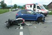Die stark beschädigten Unfallfahrzeuge. (Bild Kapo Schwyz)