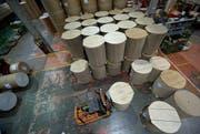 Die Lager- und Speditionshalle der Papierfabrik der Chemie+Papier Holding in Perlen. (Bild: Keystone)