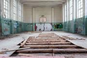 Die heruntergekommene Turnhalle in der ehemaligen Garnisonsstadt Vogelsang in Brandenburg soll dereinst ebenfalls rückgebaut werden. (Bild Rudi-Renoir Appoldt)