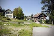 Das Gasthaus Hergiswald (rechts im Bild) soll abgerissen werden. Auf dem Bild zu sehen ist auch das Baugespann für den geplanten Neubau. (Bild Pius Amrein/Neue LZ)