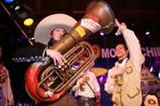Der lustige Büsche (Stefan Bucher) von den Rüssgosler Äbike wurde als Präsidentenkandidat aufgestellt und spielt nun auf dem Bass ein heiteres Schaallalaa. (Bild Manuela Jans/Neue LZ)