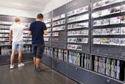 An der Wand finden sich Postkarten zu 184 verschiedenen Berufen.