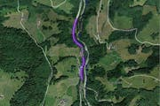 Im farbig markierten Bereich (Flüebödeli) auf der Wägitalstrasse wird ab April gebaut. (Bild: maps.search.ch)