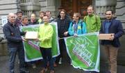 Die Grünen der Stadt Luzern bei der Einreichung ihrer Bodeninitiative. (Bild PD)