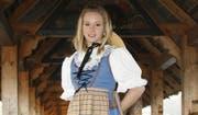 Ariella Kaeslin im Trachtenkleid auf der Luzerner Kapellbrücke. (Bild Jasmin Schneebeli-Wochner)