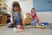Kinder spielen im Kindergarten in Bürglen im alten Knabenschulhaus. (Bild Urs Hanhart/Neue UZ)